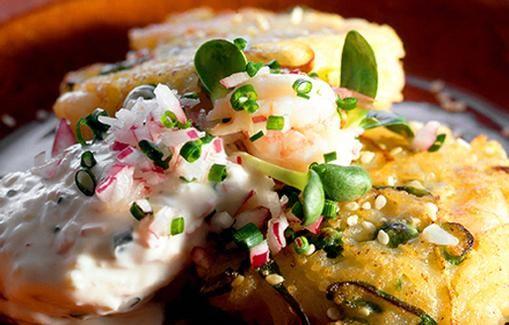 Peruna-kesäkurpitsakakut tarjoillaan kermaviilin sekä hienonnetun ruohosipulin ja punasipulin kanssa.