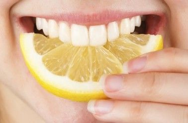Soigner un aphte: l'intérieur de la joue, la commissure ou l'intérieur de la lèvre, les gencives, la langue, le palais et même la gorge. Un aphte est cet ulcère souvent bénin, un rond jaune caractéristique auréolé d'inflammation, qui apparaît alors même que l'on est en bonne santé. Les d…