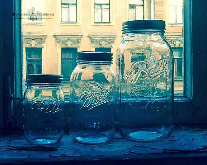Прозрачные банки Мейсона на старинном окне