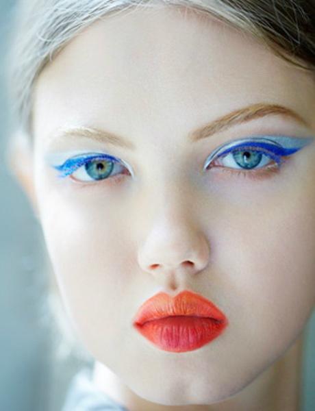 Que tal um olho gatinho em tons diferentes de azul?     Aqui, a Dior combina delineador e rímel azul-cobalto e     sombra azul-bebê!