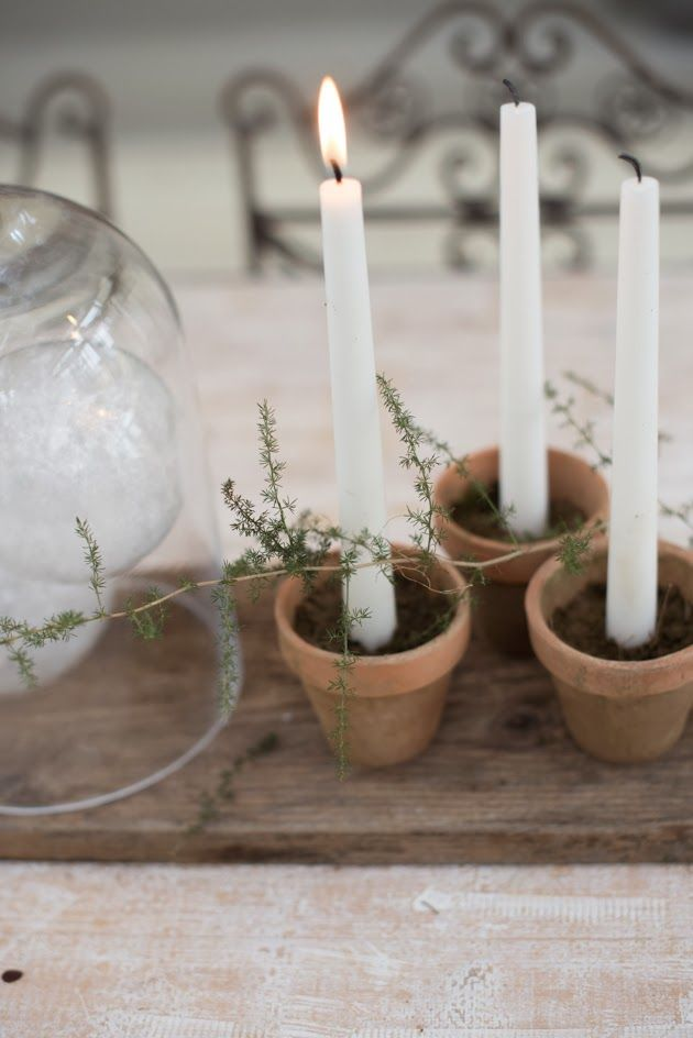 muchas velas juntas en tarros de barro o de cristal