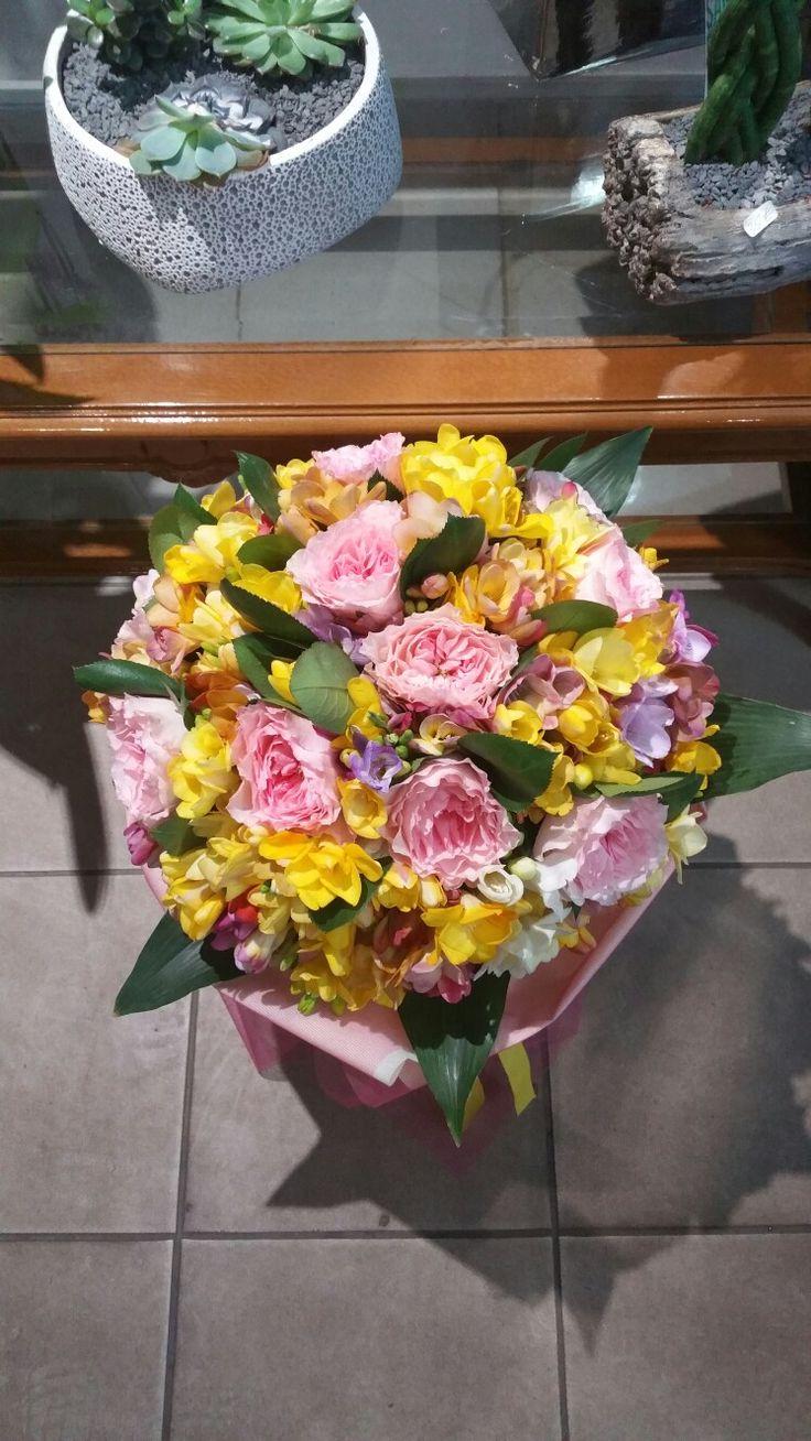 Αποστολή μπουκέτο με φρέζια  και τριαντάφυλλα στην Αθήνα