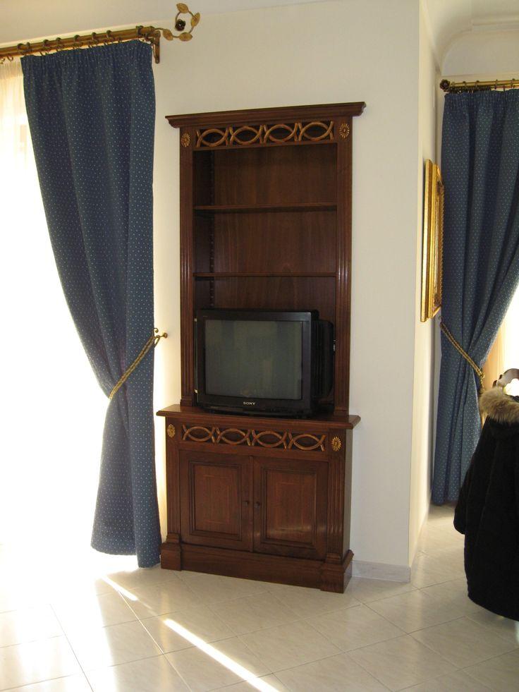 mobile porta tv in massello di noce con antine a scomparsa