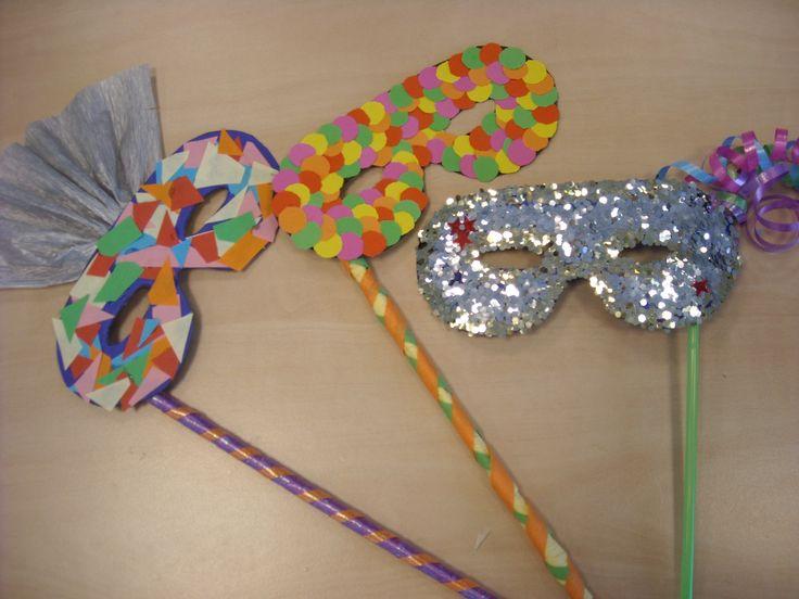 Maak je eigen masker voor carnaval! Kijk op de Surfsleutel voor de beschrijving. http://www.surfsleutel.nl/eigen_content/20130119130034_masker.pdf#zoom=100%