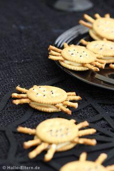 Halloween: Was kriecht denn da auf dem Tisch? Iiiiiiih, das sind ja Spinnen! Oh, die sehen aber lecker aus!!! Rezepte für Halloween wie z.B. diese Spinnen-Invasion gibt es auf Hallo-Eltern.de
