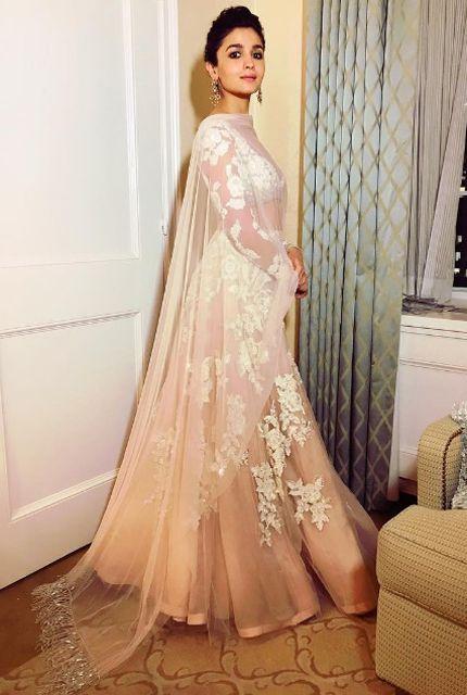 Alia Bhatt (in Manish Malhotra) at IIFA Rocks 2017 in New York