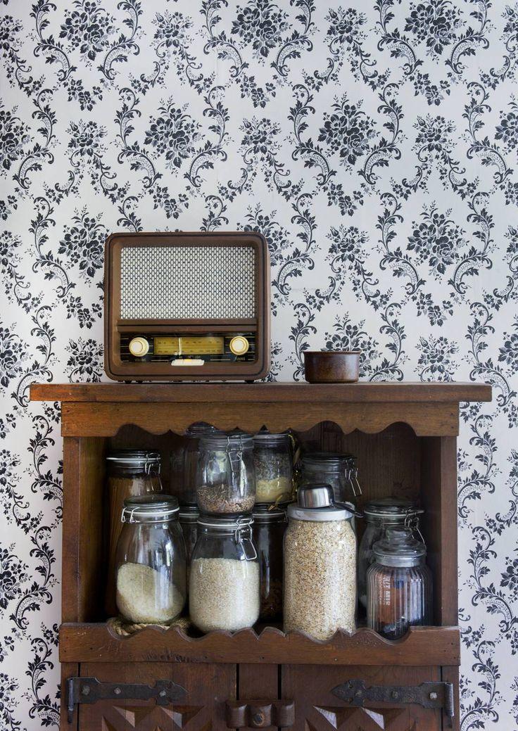 Perinteikäs oululainen huvila Villa Impiiria muuttui lapsiperheen tunnelmalliseksi kodiksi ja kulttuuritapahtumien näyttämöksi. Kaisa ja Antti remontoivat kotinsa vanhan talon henkeä tarkkaan kuunnellen.
