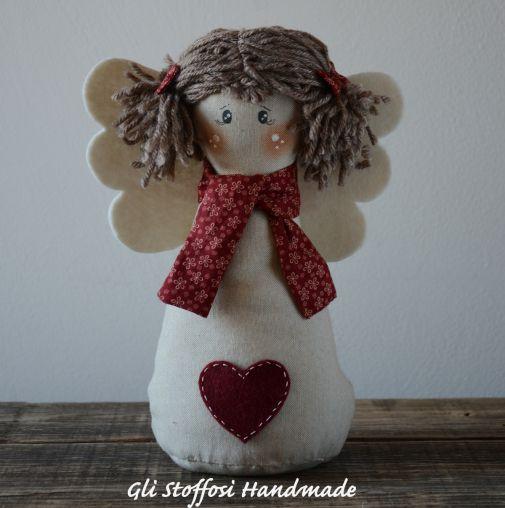 Angioletto realizzato in tessuto in misto lino, molto carino per decorare la casa nel periodo natalizio. Perfetto come idea regalo handmade per chi ama l'artigianato e lo stile country…