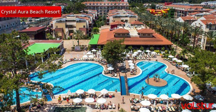 Crystal Aura Beach; mimarisi ve palmiye ağaçları arasında sizlere keyifli bir tatil fırsatı sunuyor.