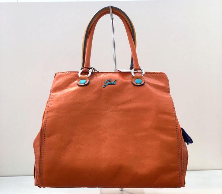 La Lucky Rossa Arancione fa parte della collezione di borse primavera-estate realizzate da Gabs per il 2016. Grazie ad appositi bottoncini, può essere trasformata in shopping bag o bauletto. Realizzata in PVC e munita di 3 taschine interne.