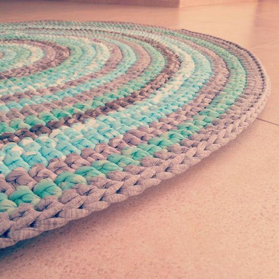 שטיח בהזמנה אישית סרוג בעבודת יד מחוטי טריקו בגוונים כחולים ואפורים קוטר 1.2 מ