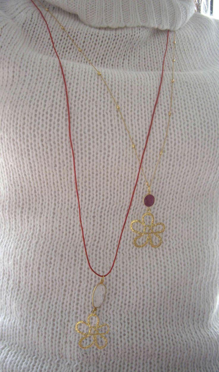 Κολιέ με ημιπολύτιμες πέτρες και ασημένιο 925ο επιχρυσωμένο λουλούδι, σε αλυσίδα ή κορδόνι. Necklace with semiprecious stones  and silver 925ο gold plated charm. You can choose either cord or chain.