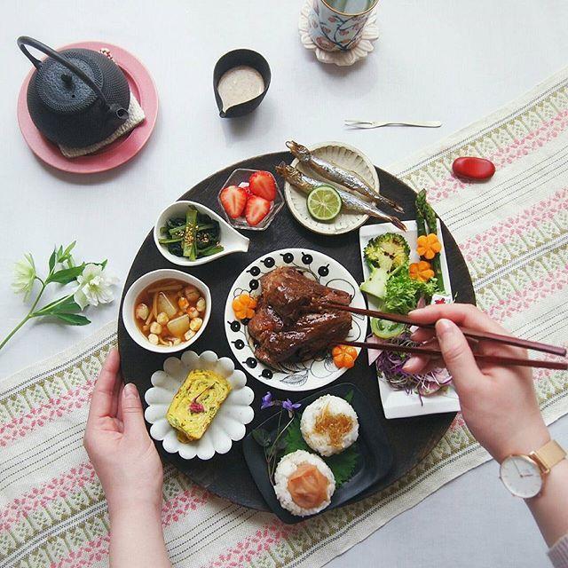 * * Today's lunch. . . Japanese food. . . 急に暖かくなったので 衣替えやら含め、大掃除。 大掃除って やりはじめると 楽しくて止まらない。 冷蔵庫の整理を兼ねたお昼ごはん。 . . これを4人分。 . ○ スペアリブ ○ ししゃも ○ ねぎの玉子焼き ○ ニンジングラッセ ○ 小松菜の煮びたし ○ サラダ ○ 山芋、お麩、えのきのお味噌汁 ○ 持ち麦おにぎり ○ 苺 このあと 苺が入っている 特にお気に入りの小さなガラスを割られてしまい、 住宅街に響き渡った私の悲鳴。。. . . さて。 がんばるぞ。 * * * #クッキングラマー#花のある暮らし#クリスマスローズ#すみれ#ふりお膳#YESDW#デゥーゴパーテントオフ