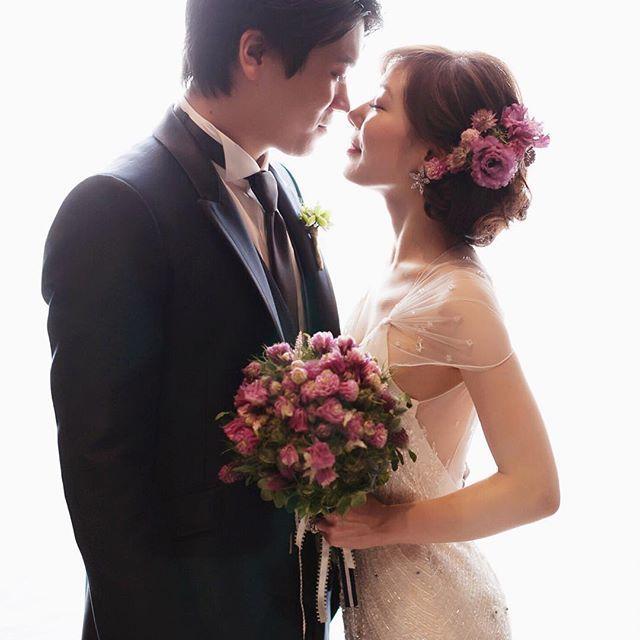 """ゲストの皆様にも大人気♡だった、 . """"JENNY PACKHAM ジェニーパッカム""""のちょっぴりセクシーなドレスがお似合いだった花嫁さん💕 . 大人っぽく、でも、可愛らしさも残したい . プレ花嫁の皆さまも、担当スタイリストと相談して、 . ベストバランスのコーデを見つけましょうね!😉✨ . . hair&make up by Daichi. …………………………………………………………………………… PARADISEは、  マンダリンオリエンタル東京 東京ステーションホテル 都内会員制ホテル 玄治店 濱田家 etc.. . . のウェディングを中心に、その他会場への出張ヘアメイクも承ります✨ . 出張ヘアメイクをご検討中の花嫁様には、ヘアメイク体験会も行っています♡ . 会費はなんと¥5.400♡詳細はお問い合わせください😉 . 担当スタイリストのご指名も頂けます✨ . お気軽にご連絡くださいませ😘 ………………………………………………………………… 《 t e l 》  03-3270-8977 《 w e b 》…"""