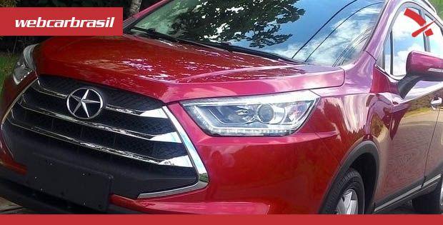 Mesmo com a situação complicada que enfrenta há alguns anos, a chinesa JAC Motors decidiu fazer mais uma aposta no Brasil. A marca começa a entregar para suas 22 concessionárias as unidades do SUV …