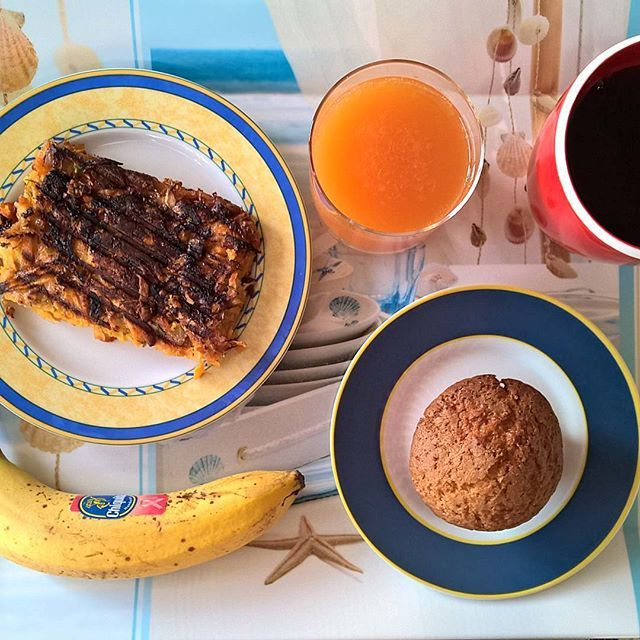 Friday breakfast: I'd kept in the freezer a couple of pieces of that sweet potato, potato and eggs casserole and put one of them in the sandwich maker to get a crispy exterior. On the side, one of her muffins and a banana. #thenewbreakfasteverydayproject #livingmylifemyway