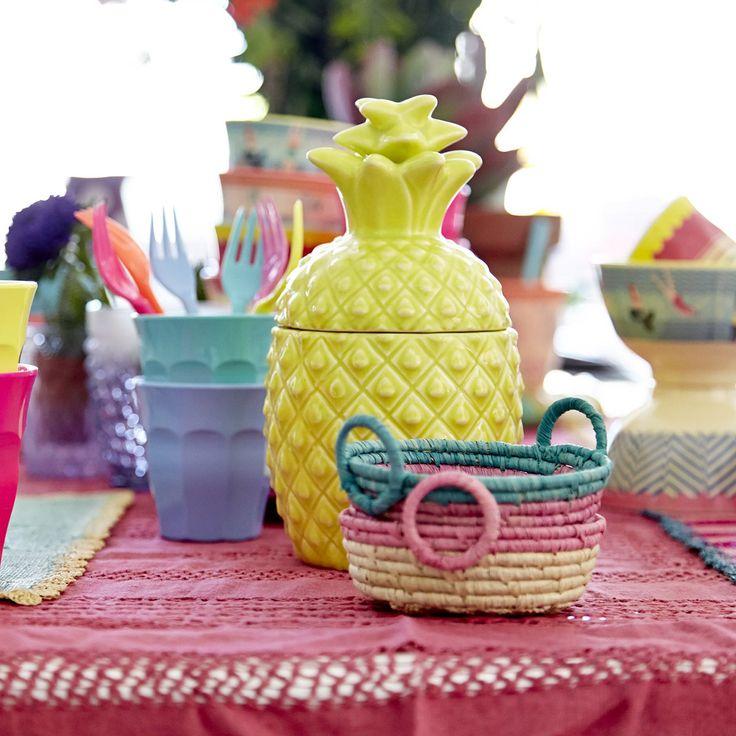 """So coooool! Die rosa """"Ananas"""" von Rice ist wirklich die originellste Aufbewahrungsidee der Saison! Was packen wir rein? Eiswürfel, Limetten, Zucker oder Obststücke: Egal was, denn alles, was aus der Keramikdose serviert wird, schmeckt nach Sommer!"""