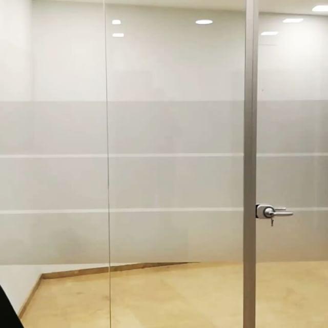 Franjas de vinilo Translúcido para oficina. Dejan entrar la luz e impide la visibilidad.   #retovinilo #vinilosdecorativos #vinilos #decoracion #cristal #oficina #rotulacion #separadores #ventana #mampara #puertas #translúcido #glas #arenado #ventaonline #tiendaonline #cordoba #cordobaesp