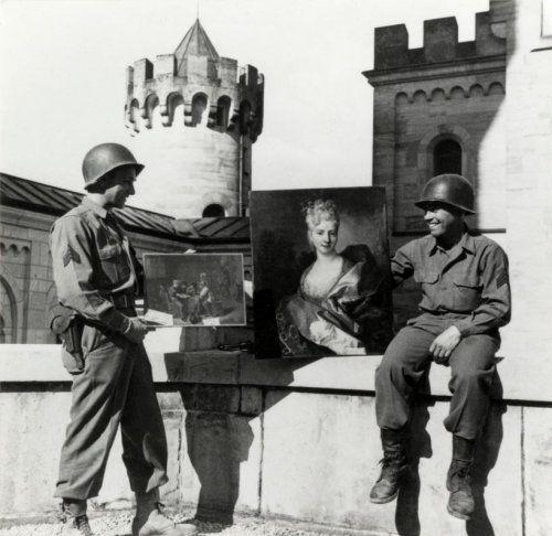 Tweede wereldoorlog, kunstroof door nazi's, diefstal. Teruggevonden kunstvoorwerpen op [waarschijnlijk kasteel Neuschwanstein, Duitsland, Beieren] Amerikaanse soldaten tonen gestolen schilderijen. Geen datum [1945].