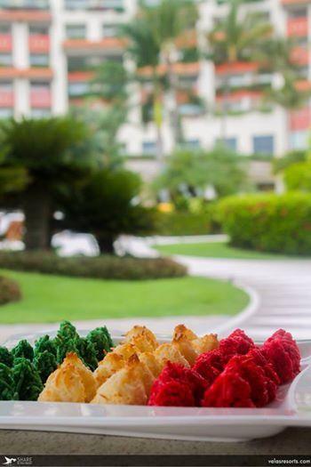 Закуски цветов флага Мексики для отдыхающих у бассейна...