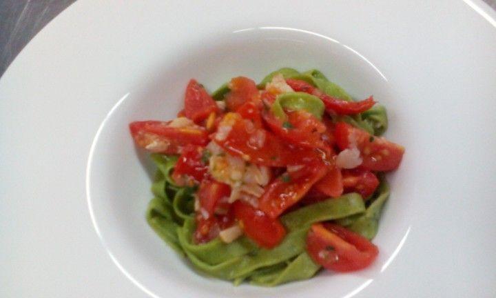 Tagliatelle al basilico con baccala e pomodori datterino