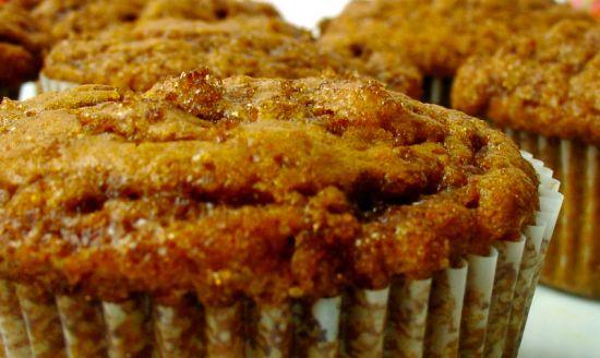 Pompoen kaneel muffins - Dit recept is een ode aan de herfst: de combinatie van pompoen en kaneel is ontzettend lekker. De muffins zijn lekker zacht en moist ( geen idee wat het Nederlandse woord hiervoor is trouwens). Een ideale traktatie voor bij de koffie...