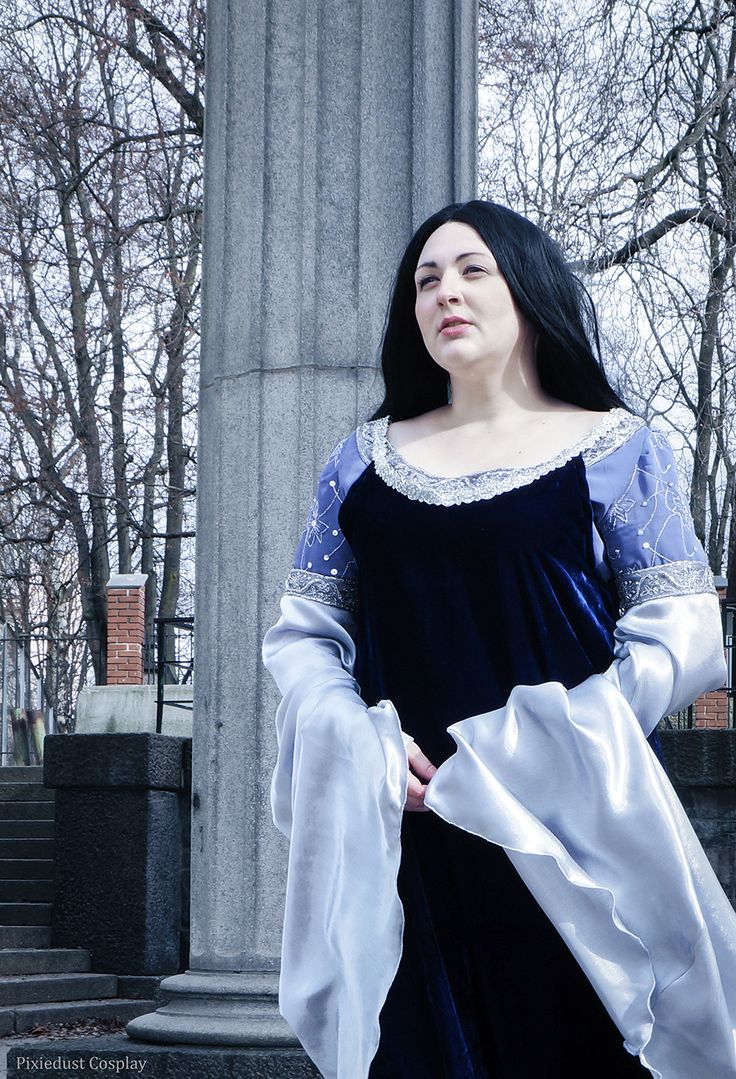 Arwen Undomiel Cosplay in her Requiem Dress from the LotR movies. Cosplay by Pixiedust Cosplay. Photo by Annabella Cosplay.