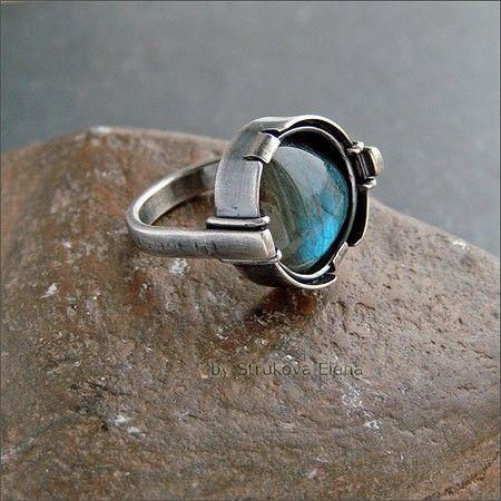 Лаконичное кольцо среднего размера с лабрадором.