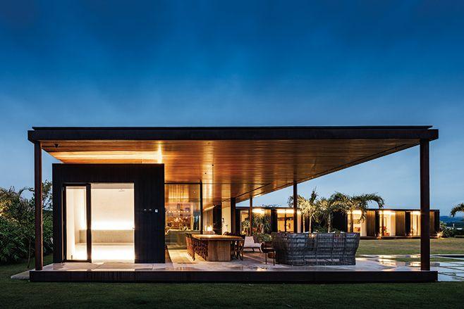 pavilhão   projeto: jacobsen arquitetura   o bloco principal abriga as áreas sociais e de serviço sob uma extensa cobertura, apoiada em pilares esguios em sua borda
