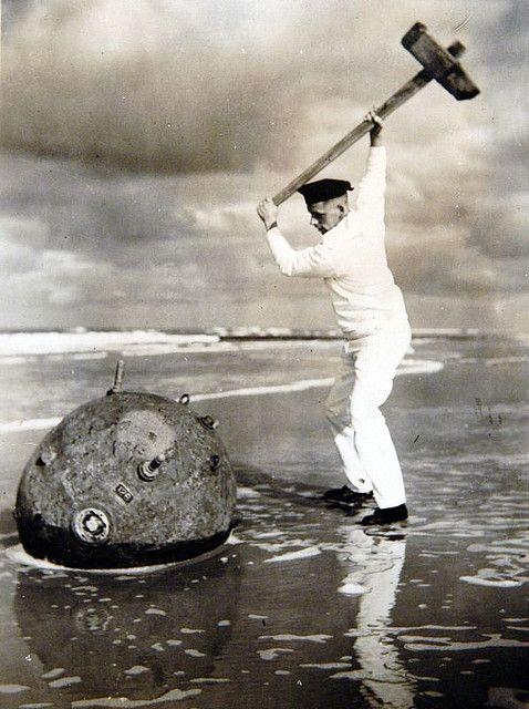 Zeemijn op strand Vlieland 1939