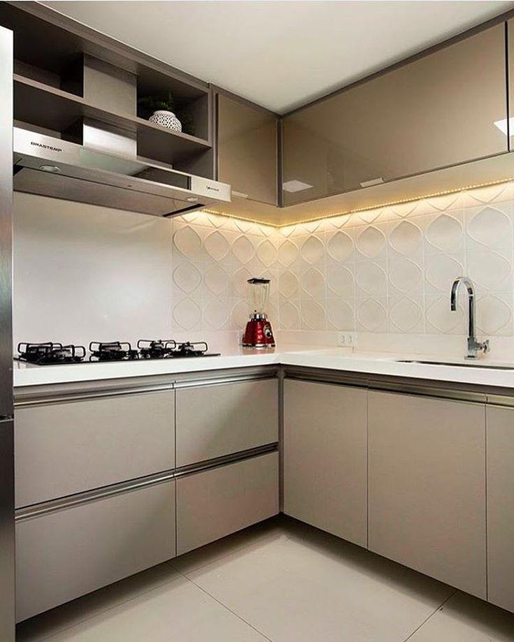 Cozinha l Tom nude dos armários, ficou sofisticadíssimo!! Eu adoro!! Projeto @raquelfechine.saraviana #kitchen #cocina #cozinha #design #nude #gourmet #luxurydecor #cool #arquitetura #architecture #goodnight #boanoite #decorating #homedecor #instabest #instagram #arquiteta #planejados #decoração #instagood #decor #archdesign #blogfabiarquiteta #fabiarquiteta Blog www.fabiarquiteta.com fabiarqui