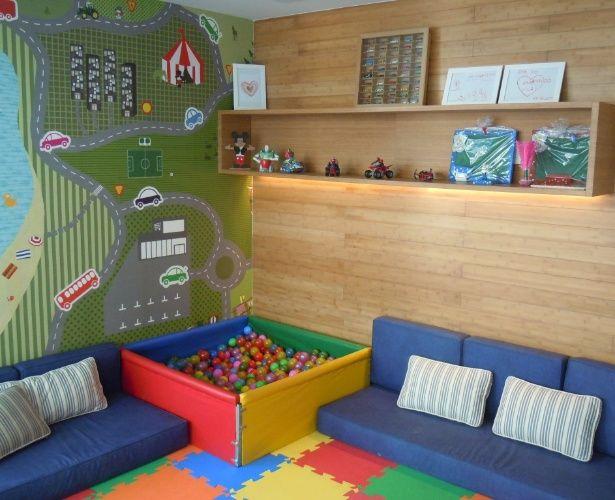 O papel de parede estampado com mapa cria um pano de fundo lúdico para o quarto de brincar com piscina de bolinhas e piso em EVA. O projeto é da arquiteta Gorete Colaço.