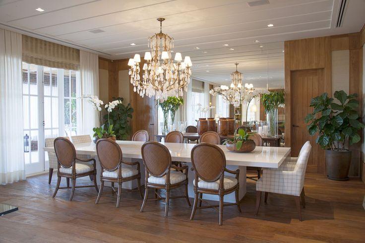 gosto de tudo, a mesa comprida e larga para 12 lugares o lustre de cristal, o espelho.!!!! III Prêmio Casa Claudia