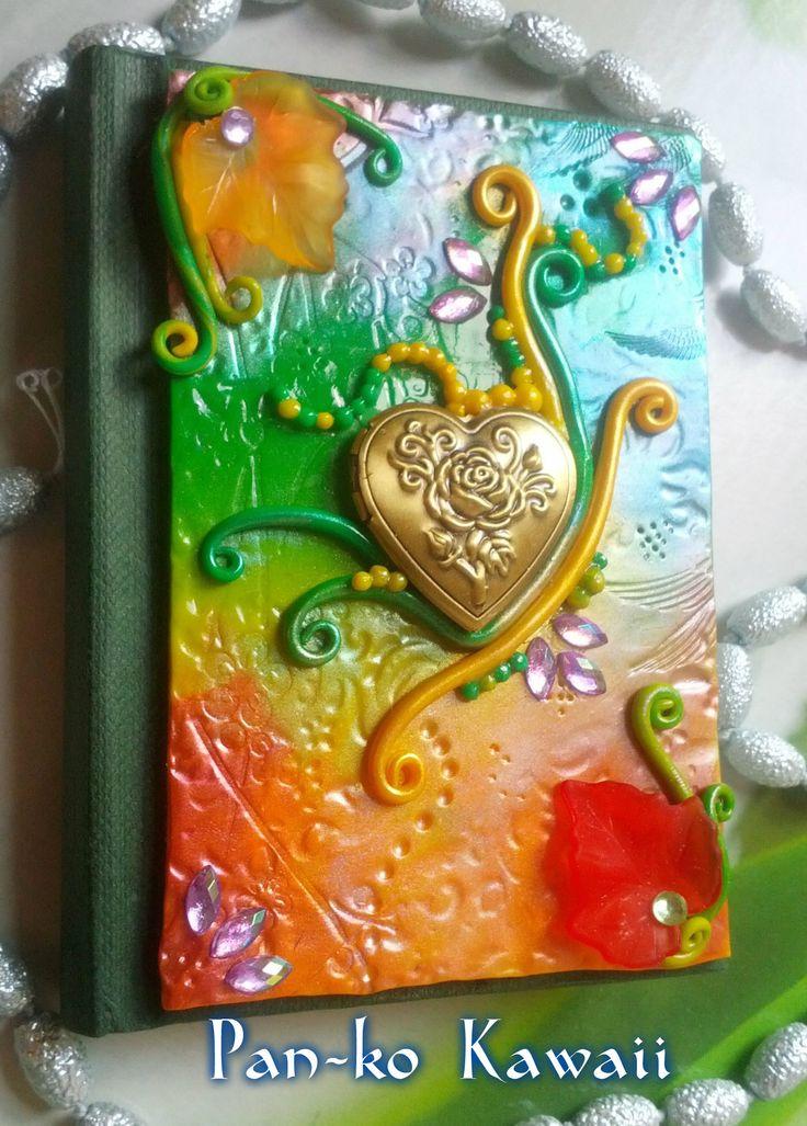 Mini diary (12x8 cm) handmade with polymercaly.  Mini diario lavorato con pasta polimierca, la copertina ha un ciondolo a cuore portafoto