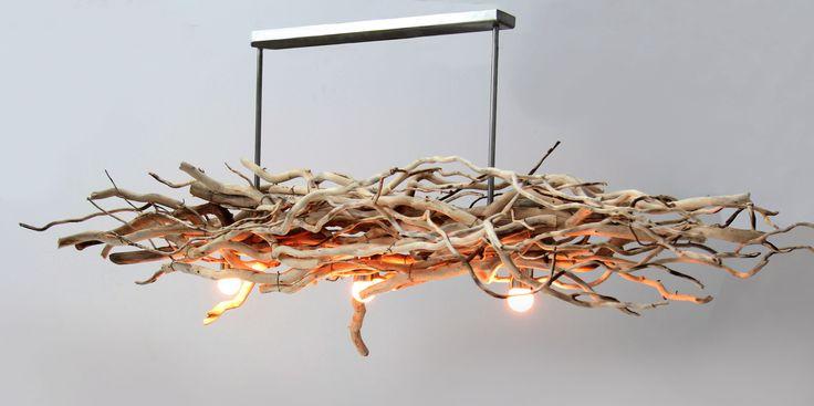 Sfeervolle plafond lamp gemaakt met brocante natuurlijke takken, mooie plafond lamp voor boven een landelijke tafel, ook geschikt voor in het tuinhuis.www.decoratietakken.nl