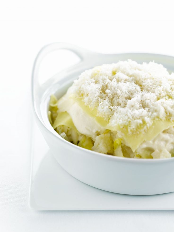 Bereiden:Maak de saus: Kook de bloemkool beetgaar in gezouten water. Neem een andere pan met gezouten water en kook hierin de knolselder gaar. Giet de bloemkool en knolselder af. Laat goed uitstomen en mix de knolselder samen met de helft van de bloemkool en de room tot een gladde saus. Breng de saus op smaak met peper, zout en nootmuskaat.Stoof de groenten: