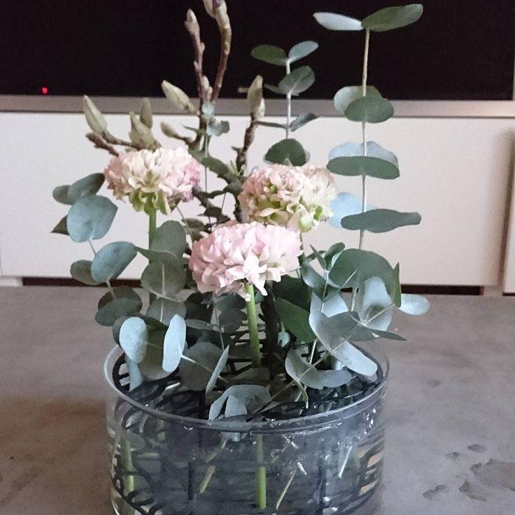 Magnolia får va med i allt nu för den är ju så vacker #pompomranunculus #eucalyptus #klong #ängvas #magnolia #bloomingdesign #blommor #blommorilinköping #flowers #flowerstagram #linköping