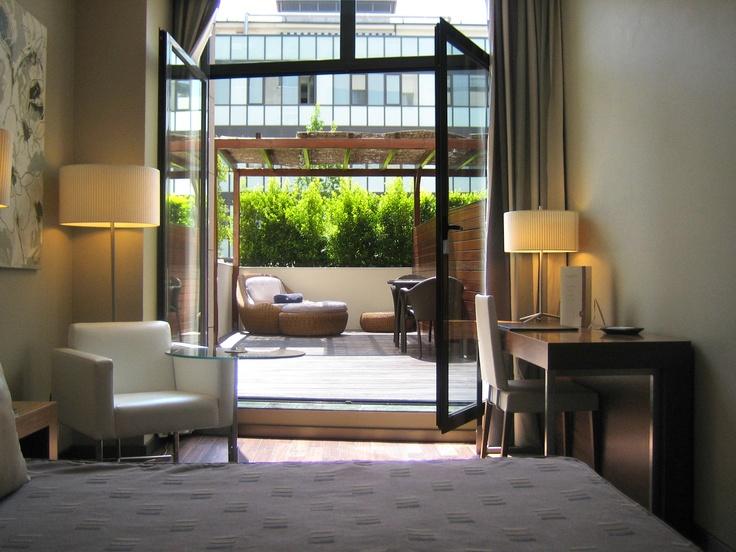 En el patio interior de los edificios que conforman el #hotel, encontramos una terraza ajardinada y con suelos de teka de unos 400m2.  #barcelona  http://www.hoteles-catalonia.com/es/nuestros_hoteles/europa/espanya/catalunya/barcelona/hotel_catalonia_ramblas/index.jsp