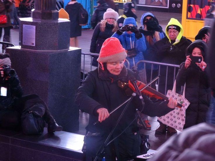 Laurie Anderson ha tenuto un concerto particolare nella centrale Times  Square di New York. La performance è stata studiata non per un pubblico  di uomini, bensì di cani. La vedova di Lou Reed  ha eseguito una suite diffusa attraverso altoparlanti regolati a  ultra-basse frequenze udibili solo da orecchie canine. Gli  accompagnatori bipedi sono stati dotati di cuffie da cui ascoltare la  musica.Non è la prima volta che la Anderson esegue uno spettacolo  dedicato al pubblico a quattro zampe…