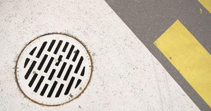 Cómo limpiar drenajes tapados con ácido muriático. El ácido muriático es un tipo de solución de ácido clorhídrico que es altamente corrosivo. Se puede utilizar para limpiar desagües tapados porque el ácido reacciona químicamente con las sustancias que causan el taponamiento, y liberan calor que generalmente lo rompe. El ácido muriático debe utilizarse solo cuando los métodos menos potentes sean ...