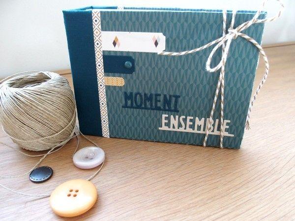"""Bonjour, Voici un mini tout simple avec la très jolie collection de papiers de gossamer blue """"Gramercy road"""" et aussi plein des super jolis dies de Lydie ! Le principe est toujours le même : une photo entière à gauche et une page décorée sur la droite,..."""