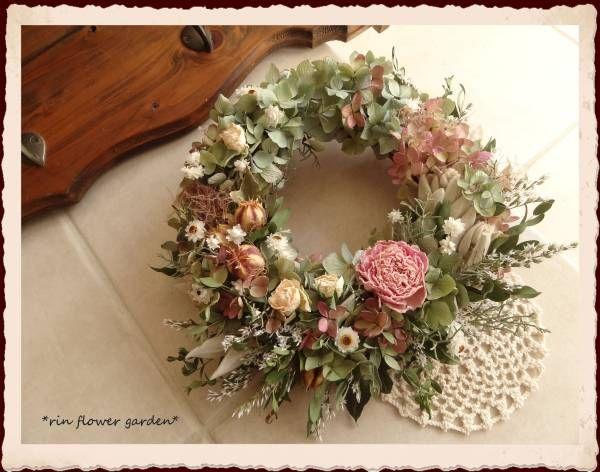 xevmx       ・・・ 上記の画像は フォトアップで掲載しました ・・・   *rin flower garden*芍薬とミニバラ・・紫陽花のドライフラワーリース* * 商品説明 * ご覧いただき、ありがとうございます(*^_^*) 芍薬やミニバラや紫陽花etc・・たくさんの花々を使って優しい雰囲気の春のリースです。。 芍薬はdryになると生花のときよりずいぶんぎゅっと花びらが重なり・・また淡いピンクが絶妙で・・とても素敵です。。 バラより高価なもので、毎年少ししか入手できませんが、この優し...