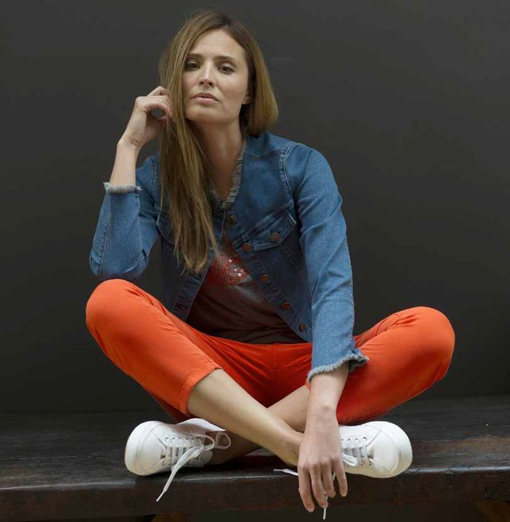 Un printemps plein de tonus avec un jean orange et une veste en jean Devernois - Collection printemps - été 2017. A retrouver dans notre boutique New Capucine à Vesoul.