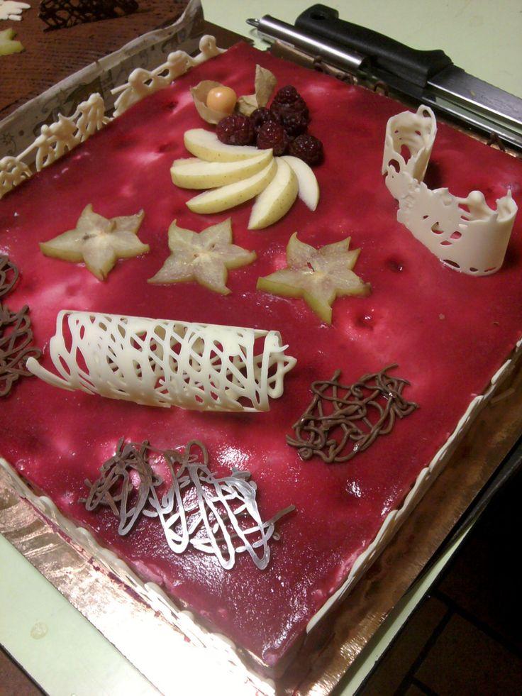 """Avec un peu de retard (si c'est pour les desserts de 2010) ou un peu d'avance (si c'est pour les desserts de 2011) voici une astuce pour décorer facilement vos desserts de fête. Le principe est tout simple : il s'agit de """"peindre"""" des tortillons de chocolat..."""