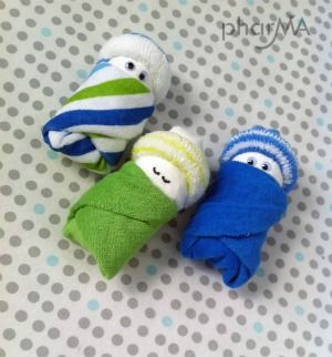 Shower giftsNeed some more ideas for homemade goodies to put in your baby basket? Check out these beautiful diaper babies from the pharma blog Made from newborn size diapers, wash cloths and baby socks, simply gorgeous AND easy to make!