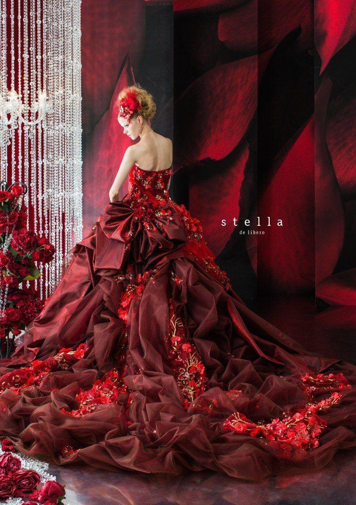 深みのある赤の華やかドレス♡ 真冬のお色直しのアイデア☆                                                                                                                                                                                 もっと見る