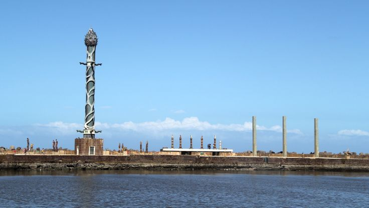 Esculturas de Francisco Brennand, na Praça do Marco Zero. Recife
