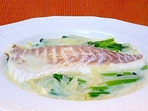 「鯛とほうれん草のコンソメミルク煮」刺身用の鯛の切り身とほうれん草と玉ねぎをコンソメスープで煮て牛乳を加えました^^【楽天レシピ】