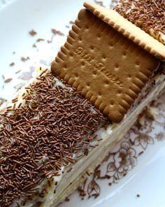 Een ideale vakantie-activiteit is.... een pakje koeken nemen, boter en wat suiker nemen en je dochters laten modelleren en boetseren aan deze geweldige koekjestaart. Wedden dat ze - letter én figu...
