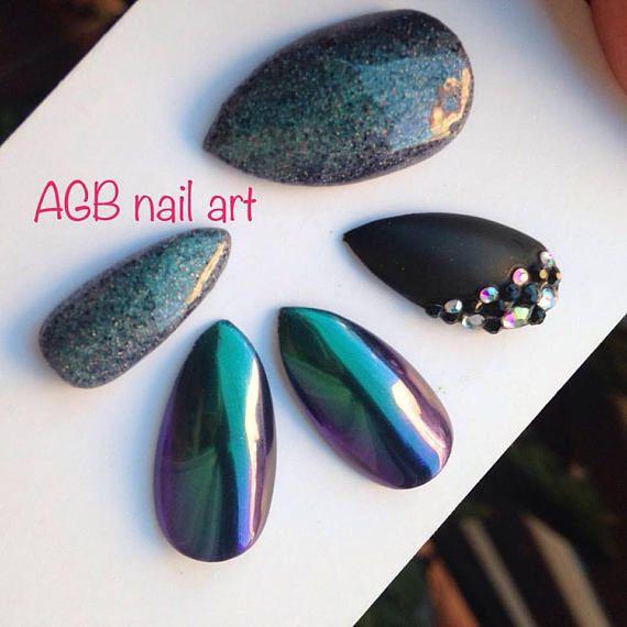 Kit faux ongles nail art effet scarabée, noir mat et strass cristal, forme stilettos Pour les beaux jours mettez de la gaieté sur vos ongles !!!  Tailles:  XS: 3,7,5,6,9 S: 2,6,4,5,9 M: 1,6,4,5,8 L: 0,5,3,4,7 KIT Complet 20 pcs de 0 à 9 (10 tailles pour chaque main)  Chaque kit est accompagné dun bâtonnet de buis et un lot dadhésifs.  Pour une commande sur mesure indiquez vos tailles dans lordre, main gauche, main droite, ainsi que la forme désirée.  Si vous ne connaissez pas votre taille…